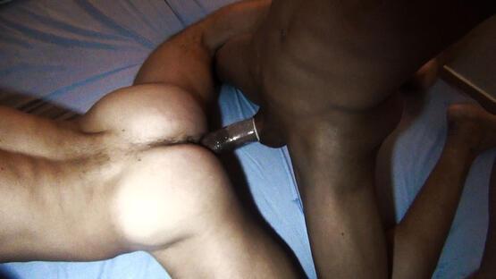 frotter sa grosse teub de 22 cm sur le cul bombé d'un homme